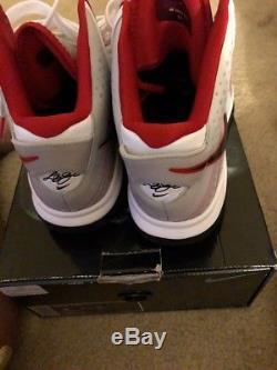 Nike Lebron Homme 8 V / 2 S4. Stock 429676-100. Blanc. Noir. Rouge